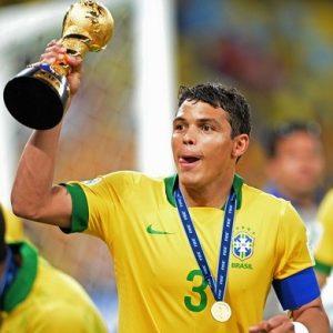 Zagueiro com a taça de campeão da Copa das Confederações de 2013.