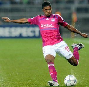 Michel Bastos jogando pelo Lyon.