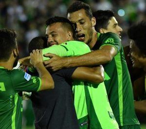Goleiro Danilo comemorando a vaga na final com seus colegas.