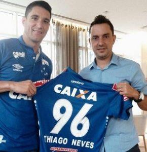 Thiago Neves com a sua camisa do Cruzeiro.