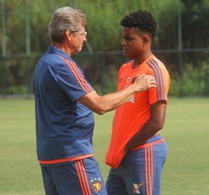 Ex-técnico do Sport Oswaldo Oliveira e o meia Rithely.