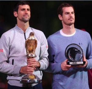 Novak Djokovic e Andy Murray com suas taças.