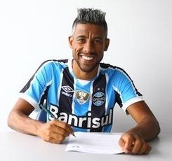 Lateral-direito Léo Moura assinando seu contrato com o Grêmio.