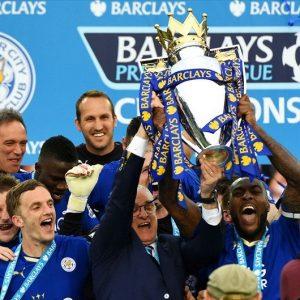 Ranieri e seus jogadores comemorando o título inglês.