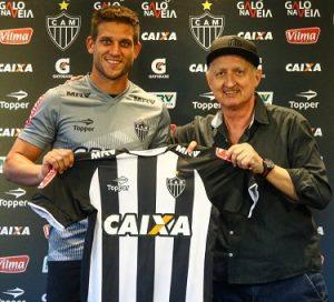 Rafael Moura ao lado de Eduardo Maluf, diretor de futebol do Galo.