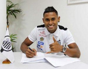 Atacante Kayke assinando contrato com o Santos.