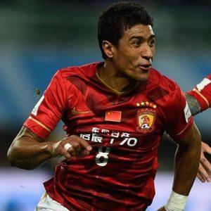 Volante Paulinho defendendo o Guangzhou Evergrande.