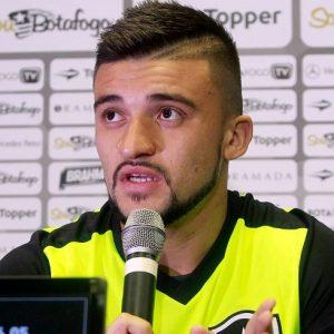 Lateral em entrevista pelo Botafogo.