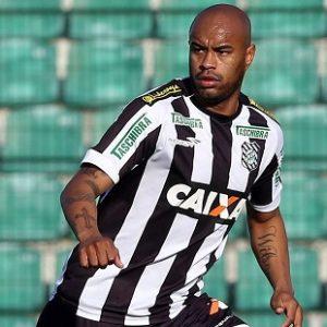 Thiago Heleno jogando pelo Figueirense.
