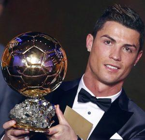Cristiano Ronaldo com a Bola de Ouro de 2014.