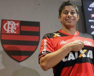 Meio-campista Conca com a camisa do Flamengo, seu novo clube.