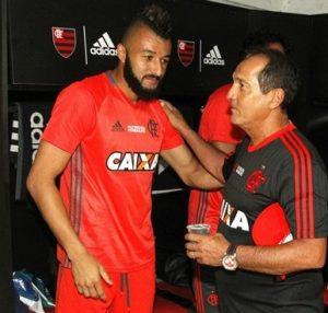 Alex Muralha e o ex-técnico do Flamengo Muricy Ramalho no início de 2016.