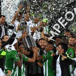 Elenco do Atlético Nacional comemorando o título da Libertadores.