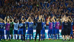 Jogadores da Islândia com seus torcedores após vitória na Eurocopa de 2016.